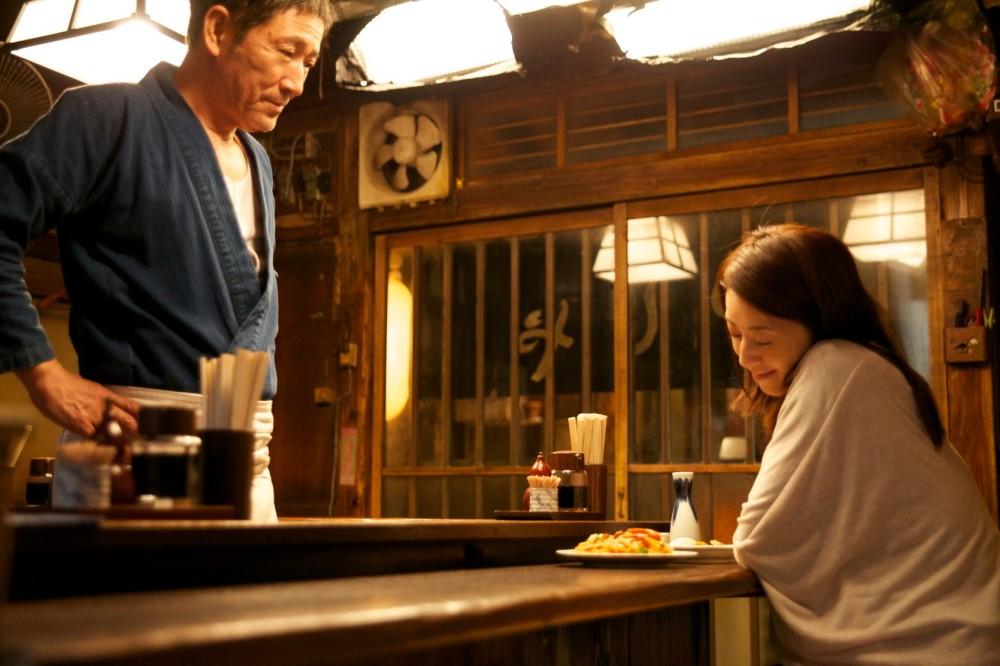 Mestre e cliente em seu refúgio: cena do episódio 'Lamen', um dos contos de Tóquio