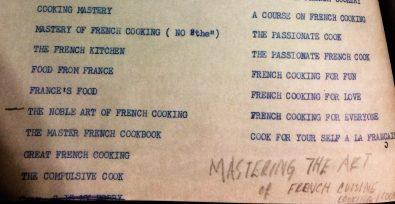 """Em 1960, em troca de cartas com sua editora, Julia Child enviou uma lista de 28 sugestões de título para seu livro mais importante. """"Dominando a Arte da Culinária Francesa"""" era o último e, na foto, aparece manuscrito. Teria sido uma anotação de Julia depois de datilografar tudo ou chegaram a esse nome avaliando os demais? Sim, porque foi esse o escolhido (""""Mastering the Art of French Cuisine""""). A carta começava com um querida senhorita tal e: """"Títulos: Acho que o título não deve assustar o público e que o subtítulo não deve ser muito pretensioso (...)."""""""