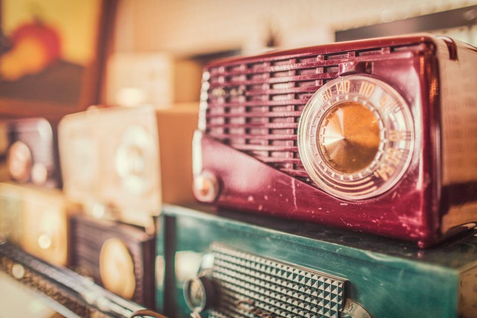 Rádios antigos, programas novos. Foto do banco de imagens Pexels